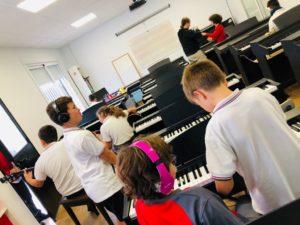 Alumnos tocando piano en la escuela de música del Colegio el Pinar en Málaga