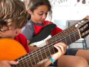 Alumnos tocando las guitarras en la escuela de música del Colegio el Pinar en Málaga