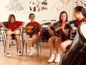 Alumnos tocando las guitarras tocando en grupo en la escuela de música del Colegio el Pinar en Málaga